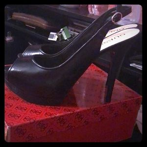 GUESS OPEN TOED BLACK LEATHER HEELS